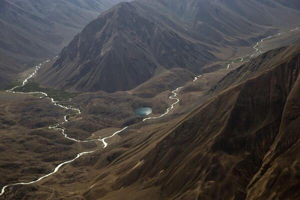 Вид с высоты птичьего полета на заснеженные горы Памира. - Sputnik Абхазия