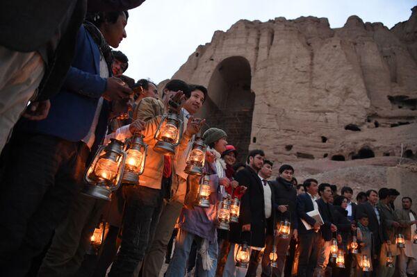 Жители и активисты возле того места, где когда-то стояла статуя Салсальского Будды, Афганистан. - Sputnik Абхазия