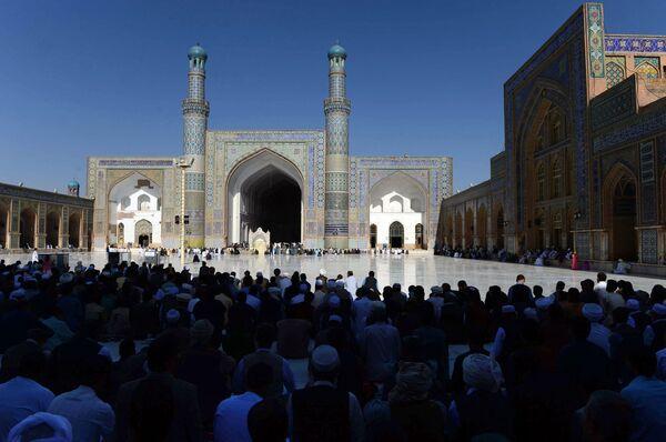 Афганские верующие возносят молитвы в начале праздника Курбан-байрам, знаменующего окончание Рамадана, в мечети Джами в Герате. - Sputnik Абхазия