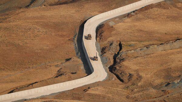 Турецкие солдаты на бронетранспортерах патрулируют стену на границе между Турцией и Ираном в провинции Ван - Sputnik Абхазия
