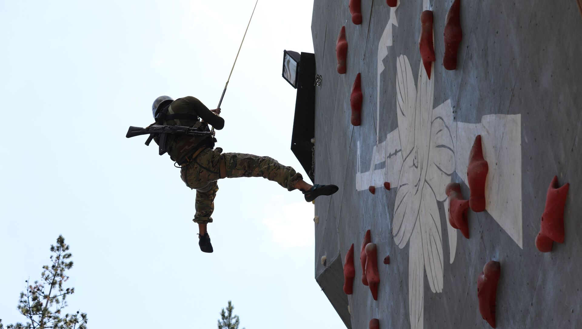 Высокогорные подразделения соревновались в индивидуальном лазании на «Эльбрусском кольце» в Кабардино-Балкарии - Sputnik Аҧсны, 1920, 25.08.2021