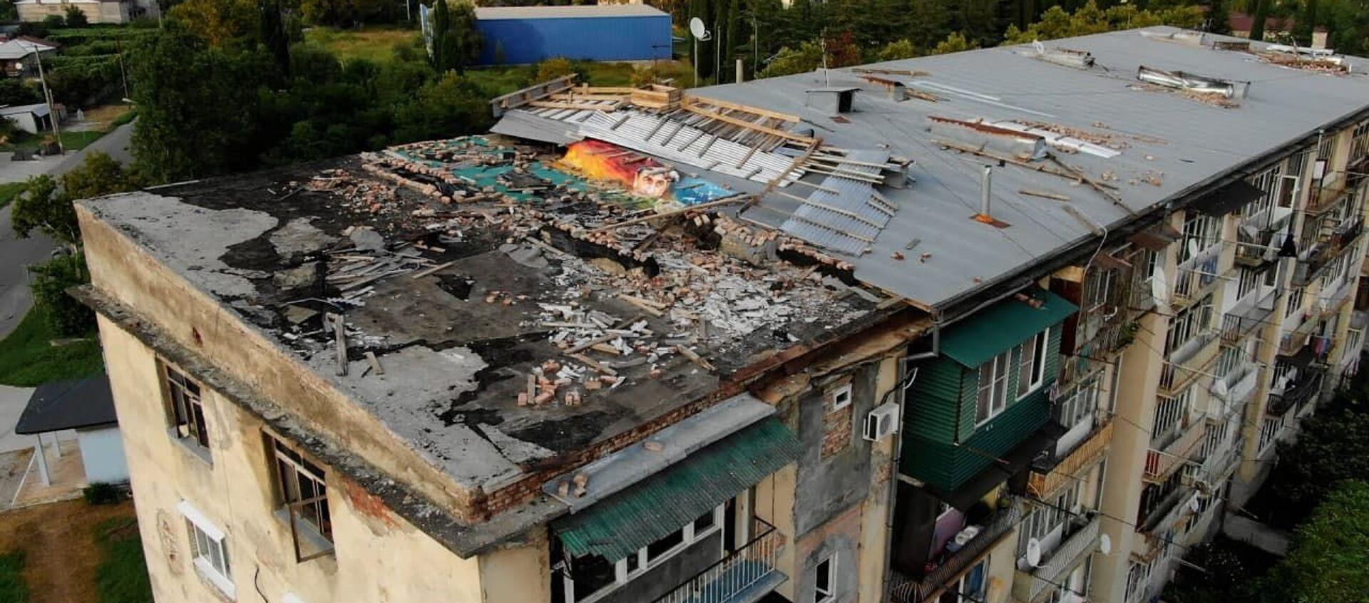 Без крыши: что происходит в сухумской многоэтажке во время дождей - Sputnik Абхазия, 1920, 25.08.2021