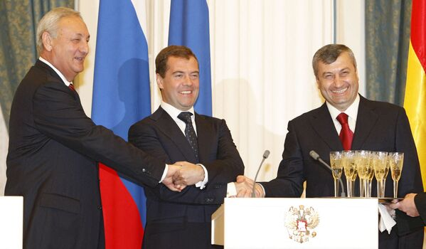 Сергеи Багаԥшь, Дмитри Медведев, Едуард Кокоиты, Кремль Аԥсни Аахыҵ Уаԥстәылеи ахьԥшымра азхаҵара анроуз амш аҽны. - Sputnik Аҧсны
