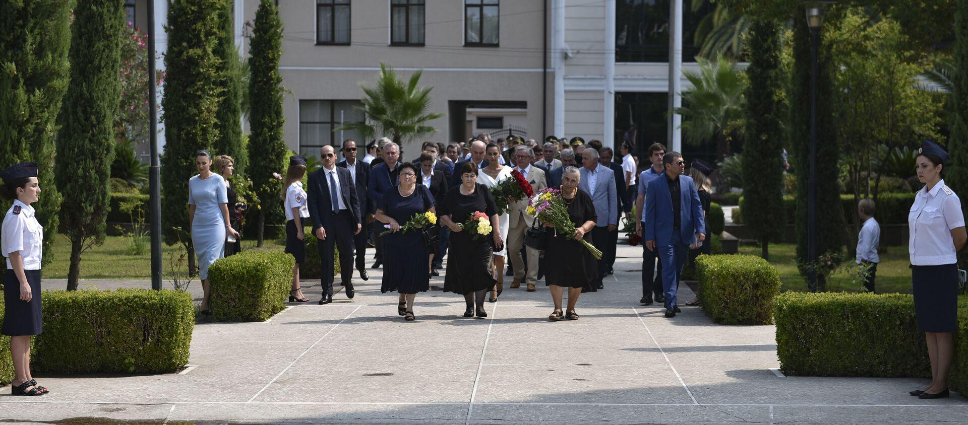 Церемония возложения цветов прошла у Мемориала Славы в Сухуме  - Sputnik Абхазия, 1920, 26.08.2021