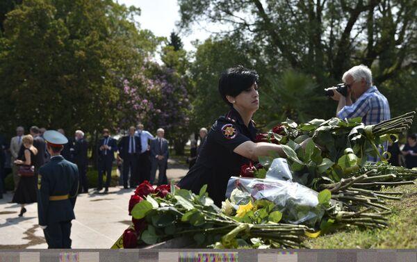 К Мемориалу Славы в Сухуме возложили цветы в честь 13-й годовщины признания - Sputnik Абхазия