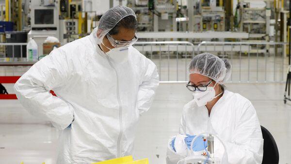 Сунгчин Хонг (слева) и Кристин Куджини работают над проверкой защитных масок N95 в Уоррене, штат Мичиган, в четверг, 23 апреля 2020 года. У General Motors около 400 рабочих на теперь закрытом заводе по производству трансмиссий в пригороде Детройта. По всей стране рабочие и наемные рабочие подняли руки, чтобы производить медицинское оборудование, поскольку компании перепрофилируют фабрики, чтобы отвечать на призывы о помощи от осажденных медсестер, врачей и фельдшеров, которые лечат пациентов с очень заразным новым коронавирусом COVID-19. - Sputnik Абхазия