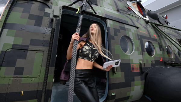 Девушка у вертолета Ми-8, представленного на открытой экспозиционной площадке Конгрессно-выставочного центра Патриот в рамках международного военно-технического форума Армия-2021 - Sputnik Абхазия