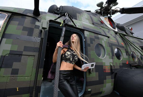 Девушка у вертолета Ми-8, представленного на открытой экспозиционной площадке Конгрессно-выставочного центра Патриот в рамках международного военно-технического форума Армия-2021. - Sputnik Абхазия
