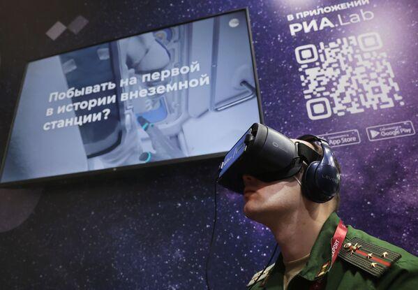 Военнослужащий в очках виртуальной реальности на стенде МИА Россия сегодня во время презентации VR-проектов RIA Lab в рамках международного военно-технического форума Армия-2021 в Московской области. - Sputnik Абхазия