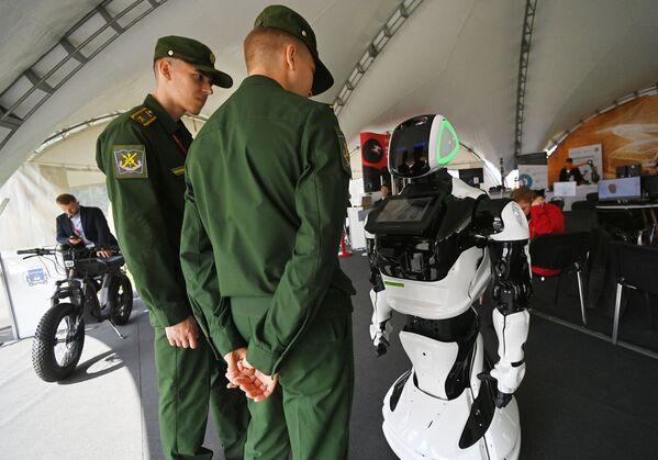 Робот-консультант, представленный на открытой экспозиционной площадке Конгрессно-выставочного центра Патриот в рамках международного военно-технического форума Армия-2021. - Sputnik Абхазия