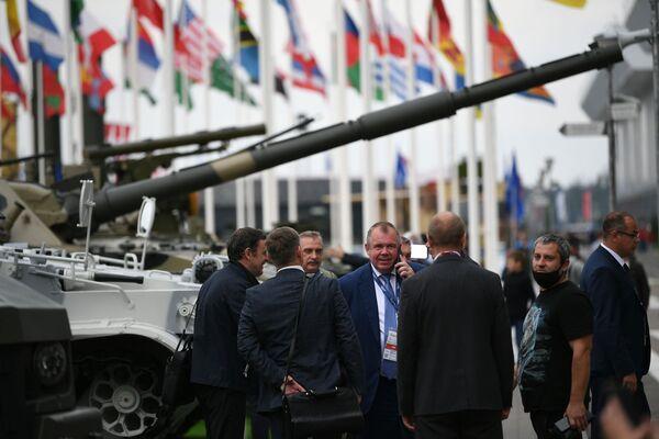 Посетители международного военно-технического форума Армия-2021 на открытой экспозиционной площадке Конгрессно-выставочного центра Патриот. - Sputnik Абхазия