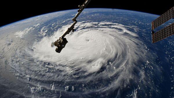 На этой раздаточной фотографии НАСА показан вид с Международной космической станции урагана Флоренция у восточного побережья США в Атлантическом океане - Sputnik Абхазия