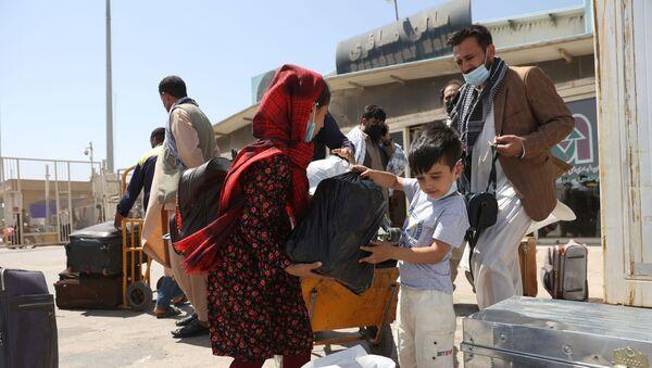 Афганские беженцы на пограничном переходе Даукарун между Ираном и Афганистаном - Sputnik Абхазия