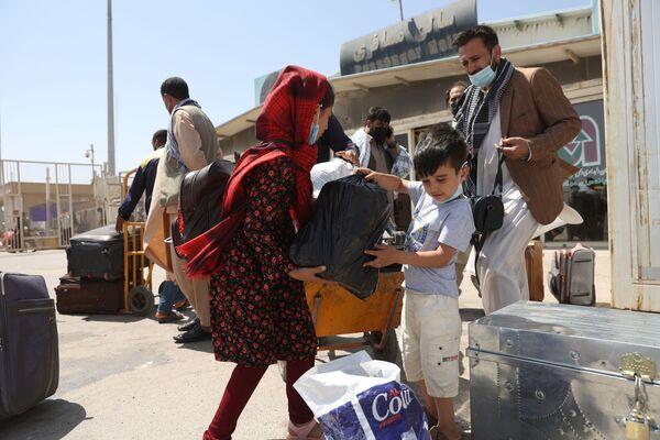 Афганские беженцы на пограничном переходе Даукарун между Ираном и Афганистаном. - Sputnik Абхазия