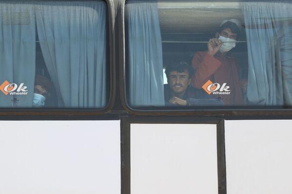 Беженцы уезжали на переполненных автобусах, грузовиках и другом доступном наземном транспорте. - Sputnik Абхазия