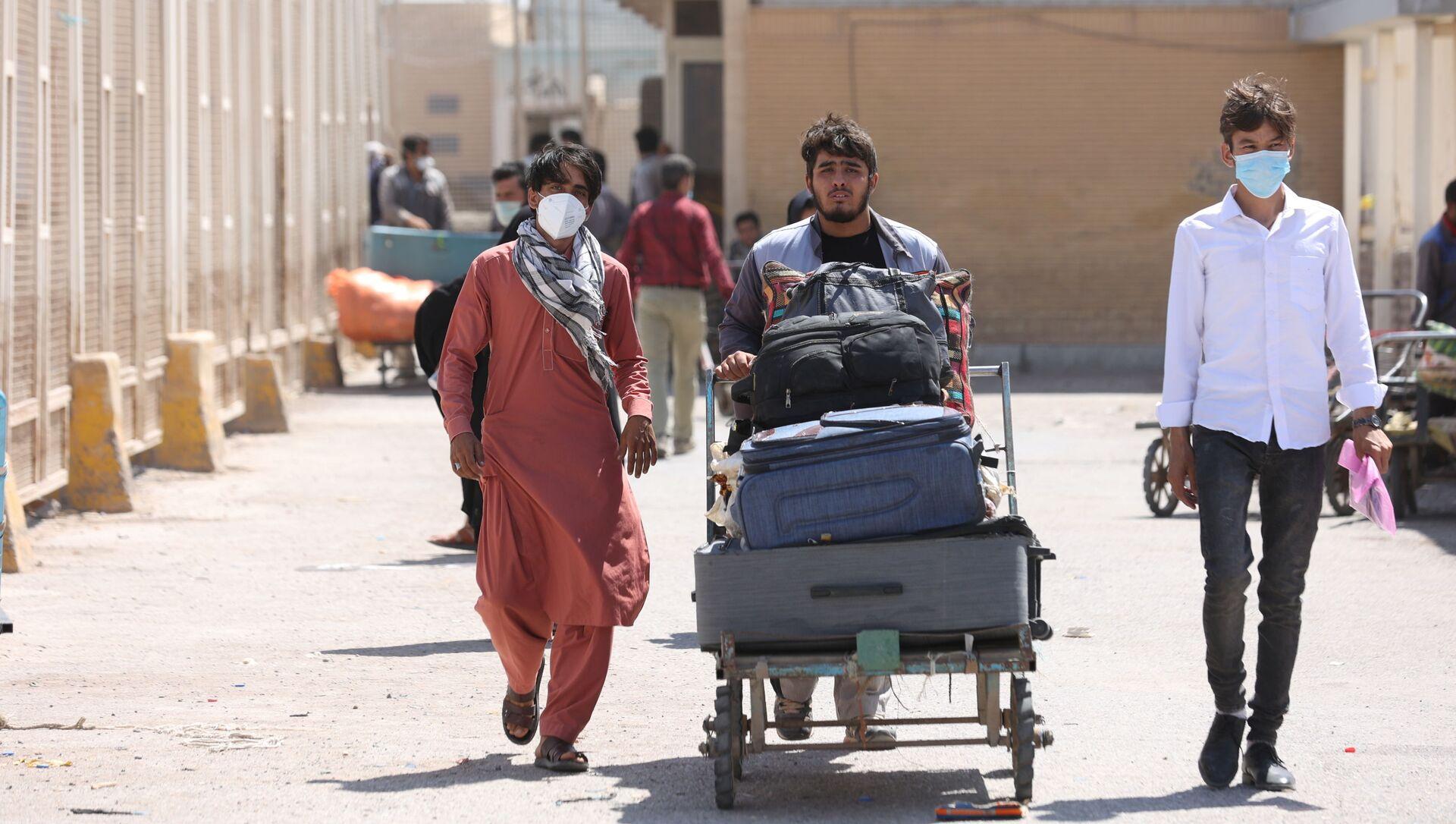 Афганские беженцы на пограничном переходе Даукарун между Ираном и Афганистаном - Sputnik Абхазия, 1920, 31.08.2021
