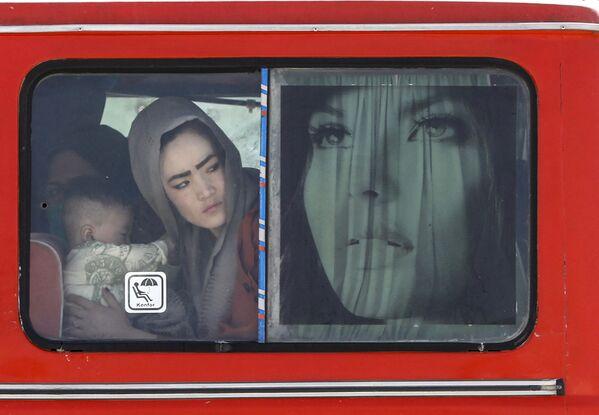 Афганская женщина и ребенок в автобусе на ирано-афганской границе между Афганистаном и провинцией Систан и Белуджистан на юго-востоке Ирана. - Sputnik Абхазия