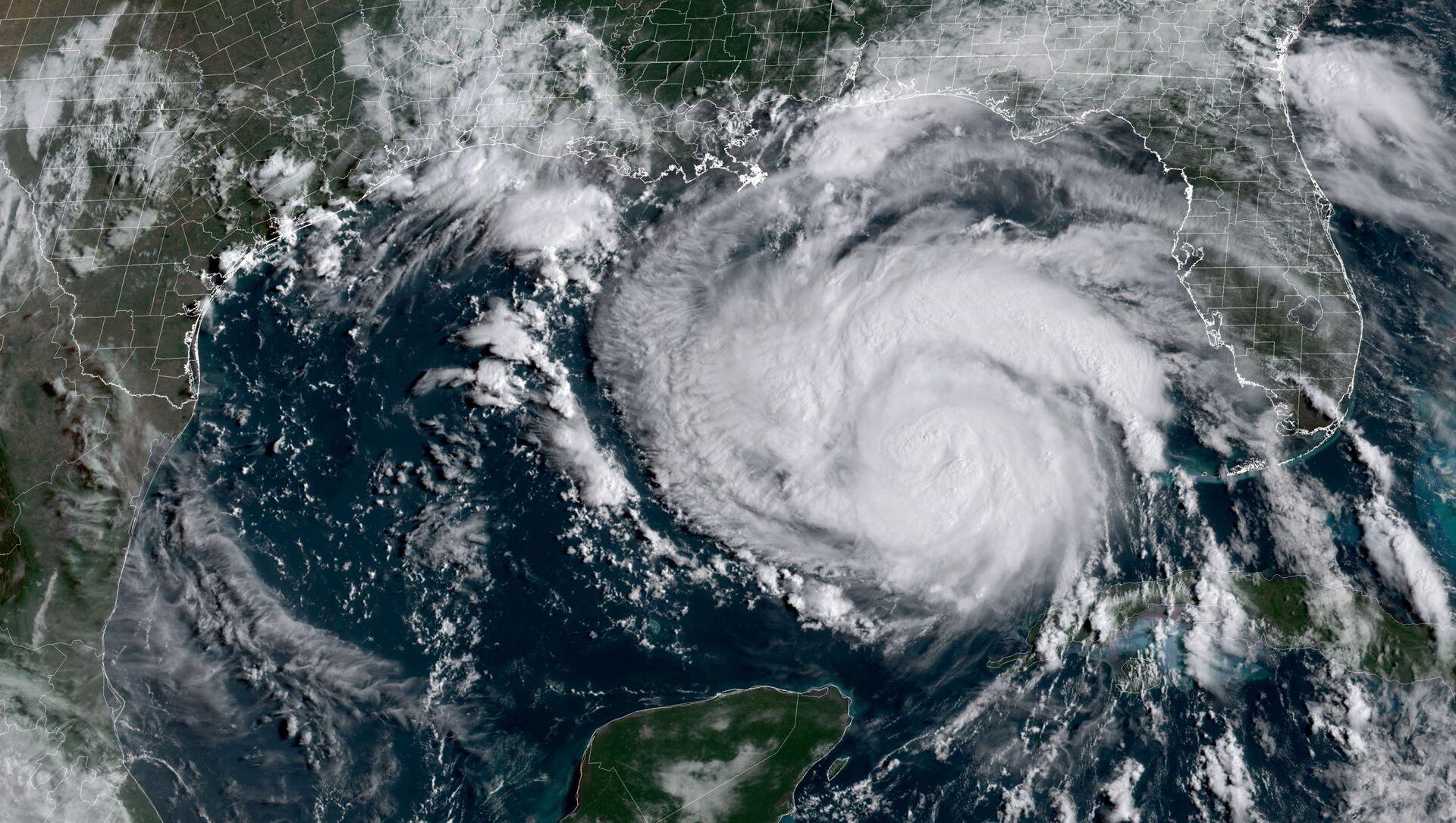На этом раздаточном изображении со спутника Национального управления по исследованию океанов и атмосферы (NOAA) / GOES показан ураган Ида в 14:16 по всемирному времени 28 августа 2021 года. ожидается, что она усилится до «чрезвычайно опасного» шторма категории 4, когда он обрушится на юг США в эти выходные. Национальная метеорологическая служба теперь прогнозирует «опасный для жизни штормовой нагон», когда ураган обрушится на берег вдоль побережья Луизианы и Миссисипи, предупреждая о «катастрофическом повреждении ветром» и призывая жителей пострадавших районов следовать советам местных властей - Sputnik Аҧсны, 1920, 31.08.2021