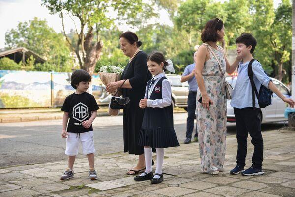 Поддержать школьников в первый день учебы приходят мамы, папы и бабушки. - Sputnik Абхазия