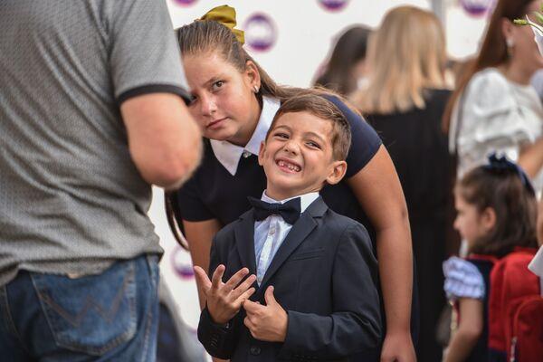 В Абхазии отметили День знаний 1 сентября. Особо рады празднику первоклассники, которые не скрывают своих улыбок. - Sputnik Абхазия