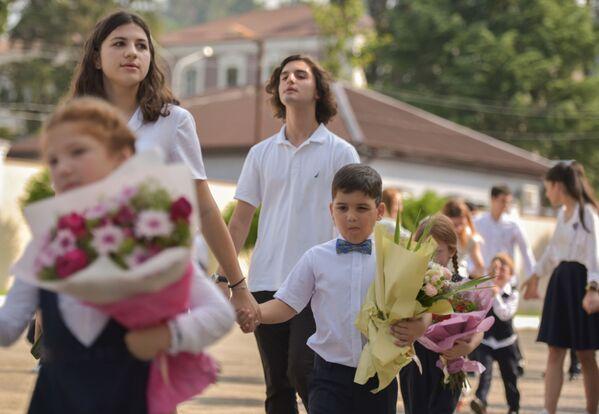 Эстафету малышам передают выпускники 11 класса. - Sputnik Абхазия
