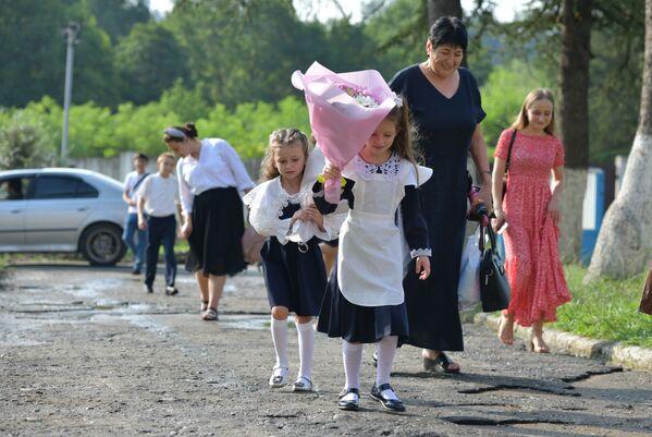 А кто-то, наконец, пошел в школу вслед за старшей сестрой. - Sputnik Абхазия