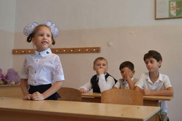 Пока кавалеры кучкуются на галерке, леди готовы взять всю ответственность первого дня на себя. - Sputnik Абхазия