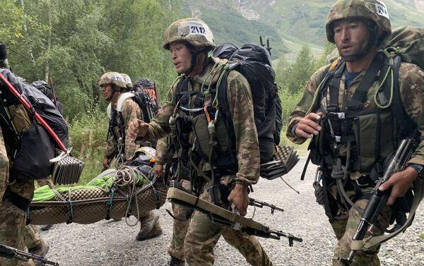 Военнослужащие семи государств выполнили транспортировку условного пострадавшего на Эльбрусском кольце - Sputnik Абхазия