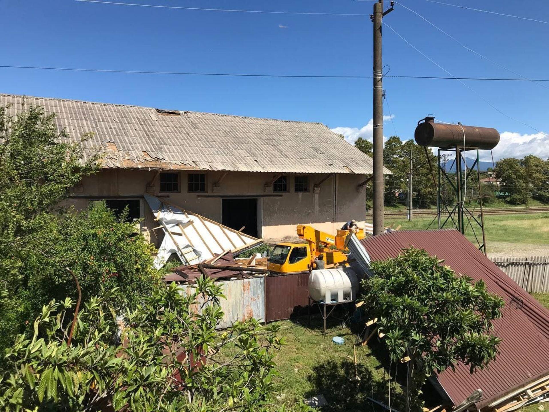 Ветер сорвал крыши с частных домов в Гудауте   - Sputnik Абхазия, 1920, 12.10.2021