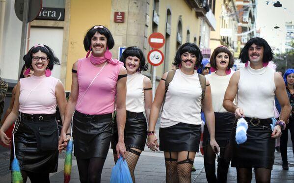 Группа людей участвует в уличном карнавале в Санта-Крус-де-Тенерифе. - Sputnik Абхазия