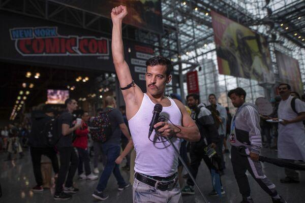 Участник, одетый как Фредди Меркьюри, позирует во время New York Comic Con. - Sputnik Абхазия