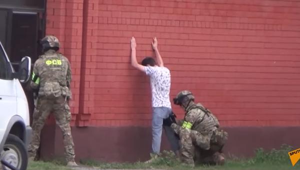 ФСБ России задержала сторонников ИГ*, готовивших теракты - кадры спецоперации - Sputnik Абхазия