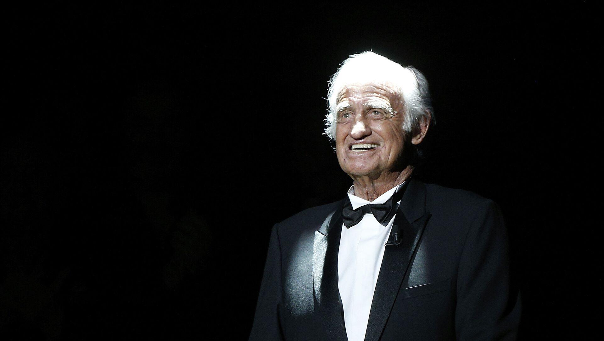Французский актер Жан Поль Бельмондо появляется на сцене во время церемонии вручения 42-й премии Cesar Film Awards в Salle Pleyel в Париже, Франция - Sputnik Аҧсны, 1920, 07.09.2021