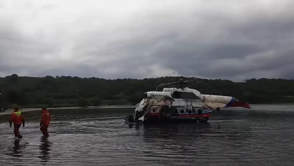 Вертолёт Ми-8 подняли со дна Курильского озера  - Sputnik Абхазия