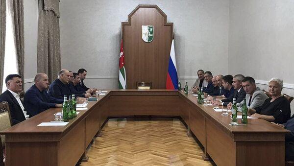 Состоялась встреча Президента Республики Абхазия Аслана Бжания с представителями руководителей различных оппозиционных партий и движений.  - Sputnik Аҧсны
