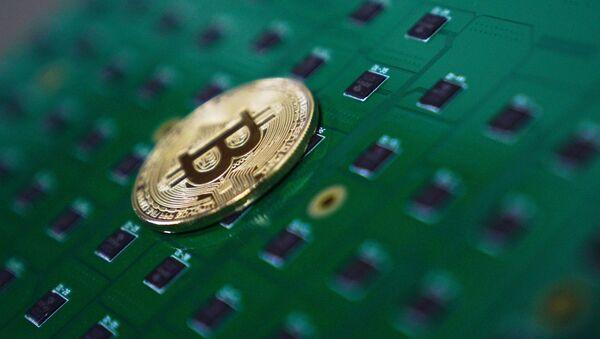 Сувенирная монета с логотипом криптовалюты биткоин. - Sputnik Абхазия