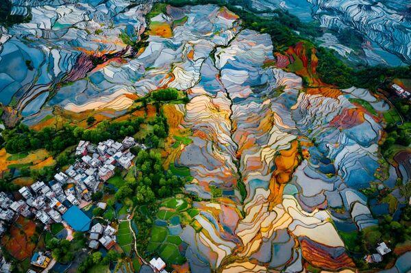 Снимок Duoyishu Terraces фотографа Ran Tian, высоко оцененный  в категории Abstract в конкурсе Drone Awards 2021 - Sputnik Абхазия