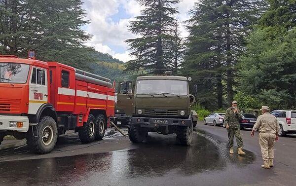 Российские военные совместно с сотрудниками ПСЧ г. Ткуарчал провели дезинфекцию территорий рынка - Sputnik Абхазия