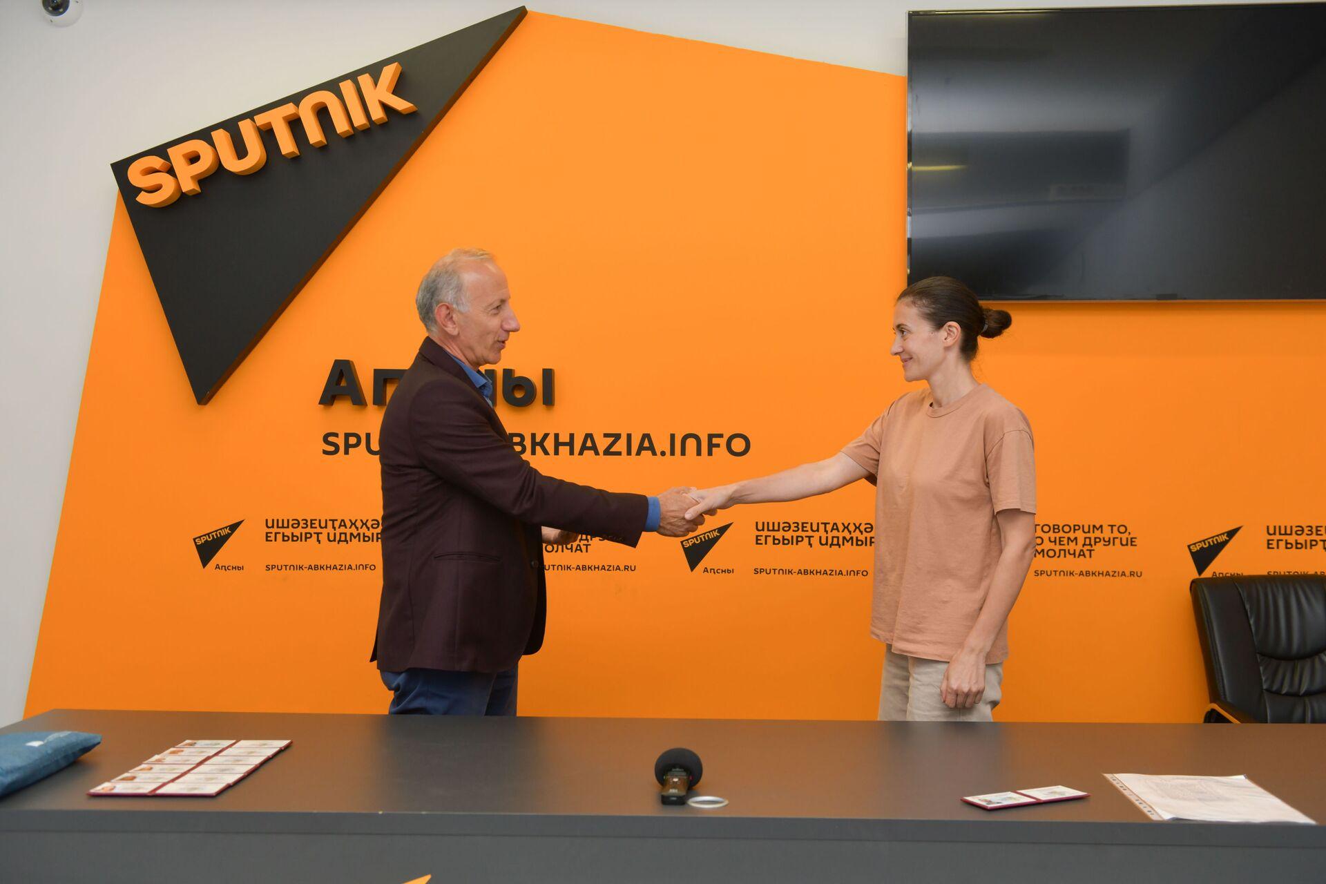 Сотрудники Sputnik стали членами Союза журналистов Абхазии  - Sputnik Аҧсны, 1920, 12.10.2021