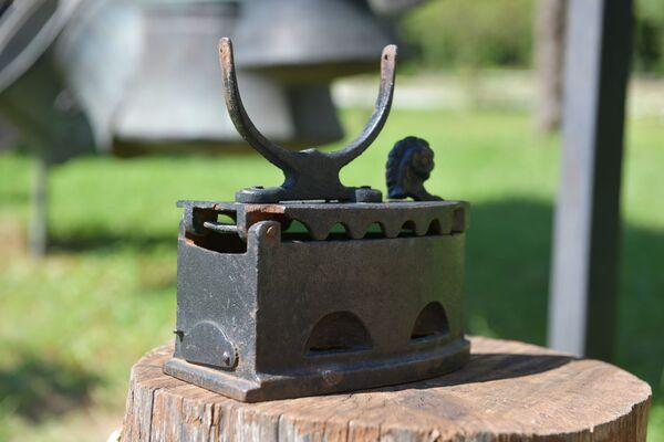 Старинный утюг с откидной крышкой. Его заполняли раскаленными углями, чтобы гладить. - Sputnik Абхазия