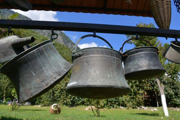 Многие экспонаты музея его сотрудники принесли из дома или же приобрели у сельчан.  - Sputnik Абхазия