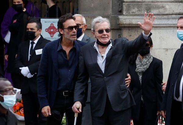 На службу прибыли многие французские актеры, в том числе еще одна легенда кино 85-летний Ален Делон. Он пришел на церемонию прощания вместе с сыном Энтони. - Sputnik Абхазия