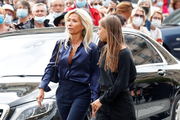 А здесь Стелла Бельмондо и ее мать Натти Тардивель прибывают на церемонию похорон Жан-Поля Бельмондо. - Sputnik Абхазия