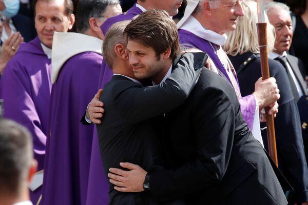 Поль Бельмондо обнимает своего сына Алессандро после церемонии похорон Жан-Поля Бельмондо в Париже. - Sputnik Абхазия