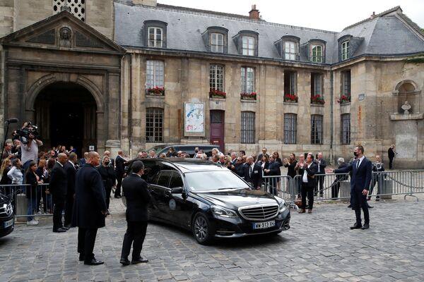 Катафалк с гробом покойного французского актера Жан-Поля Бельмондо в Париже. - Sputnik Абхазия