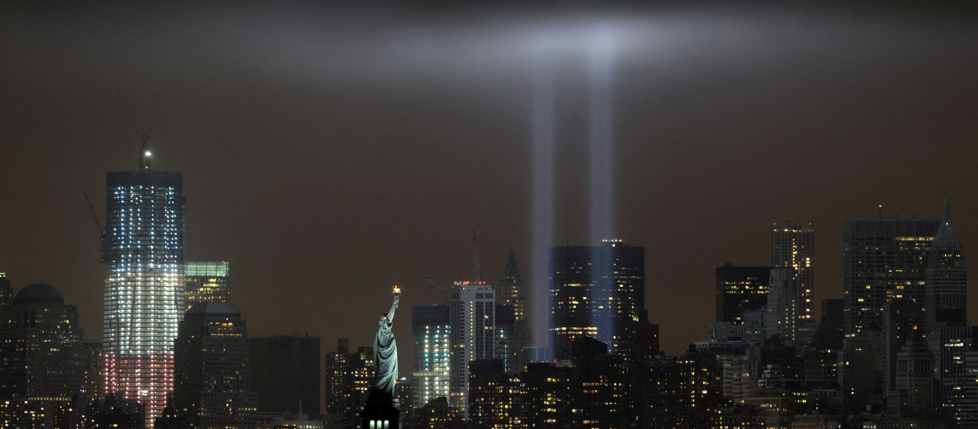 Ежегодный мемориал «Дань в свете», повторяющий башни-близнецы Всемирного торгового центра, освещает ночное небо во время 10-й годовщины терактов - Sputnik Абхазия, 1920, 11.09.2021