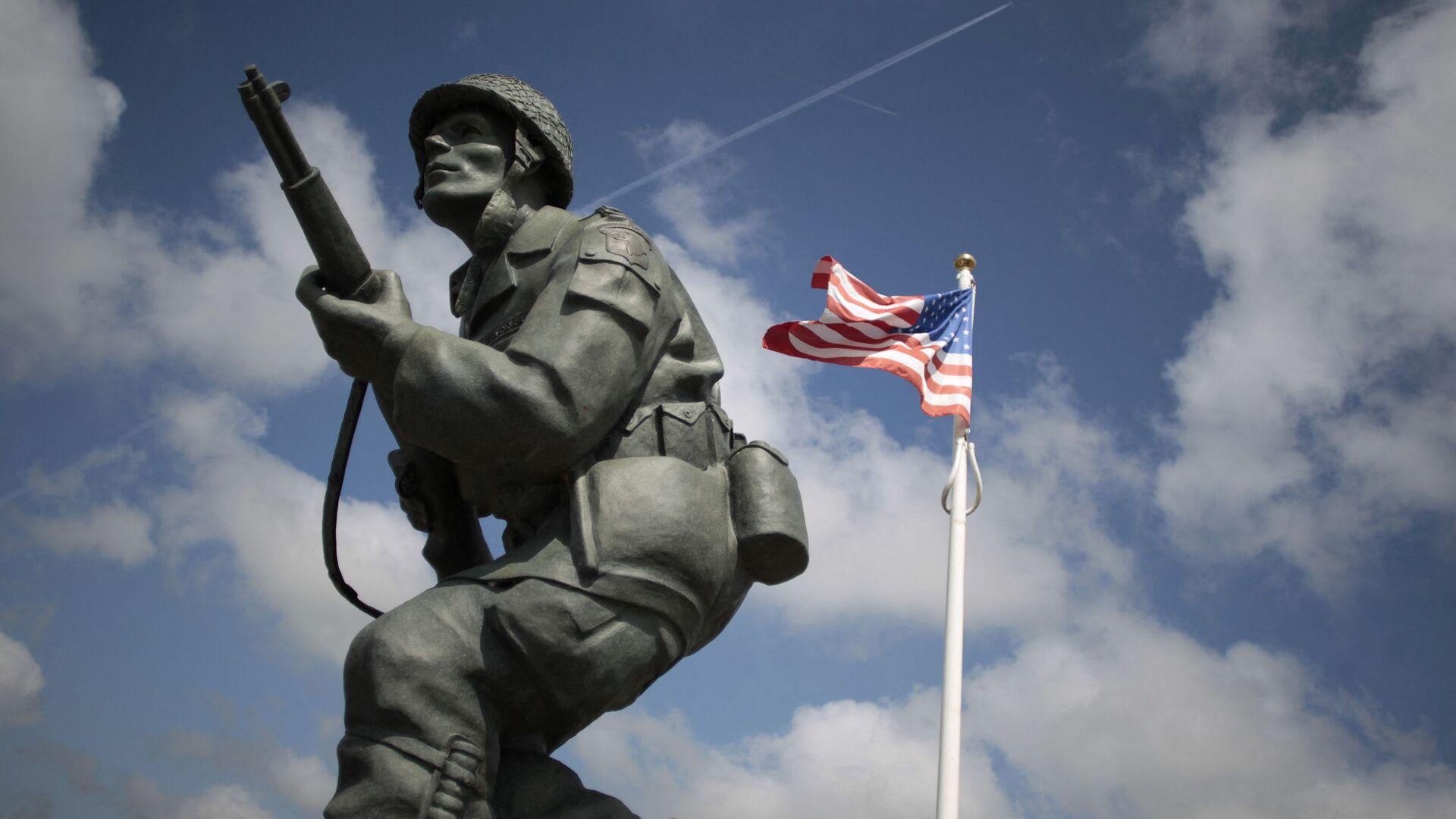 На этом снимке, сделанном 31 мая 2014 года, изображена статуя американского солдата рядом с американским флагом у Мемориала Брюшевиля на северо-западе Франции. - Sputnik Абхазия, 1920, 11.09.2021