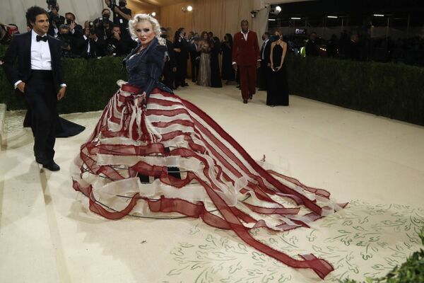Американский модельер Зак Позен и американская певица и актриса Дебора Харри на Met Gala 2021 в Нью-Йорке. - Sputnik Абхазия