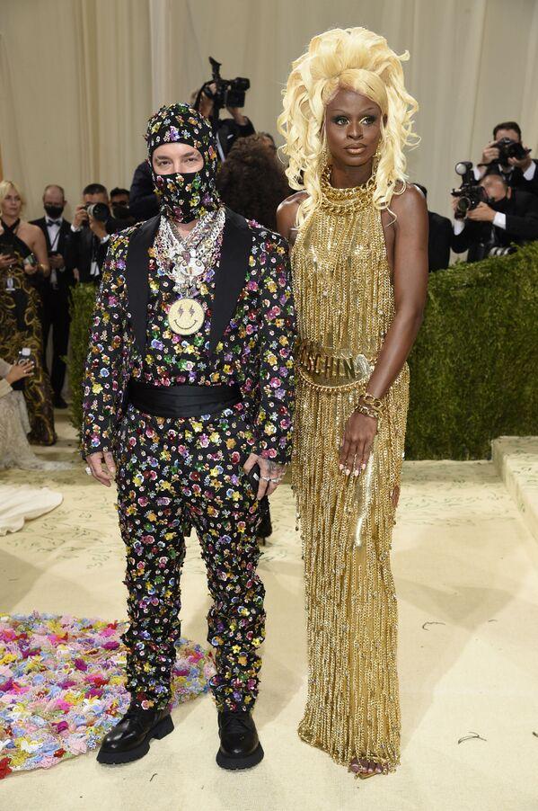 Колумбийский певец Джей Бальвин и американская трансвестит и модель Саймон на Met Gala 2021 в Нью-Йорке. - Sputnik Абхазия