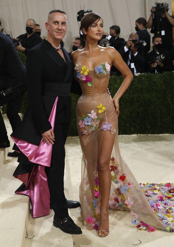 Джереми Скотт и Ирина Шейк на Met Gala 2021 в Нью-Йорке. - Sputnik Абхазия